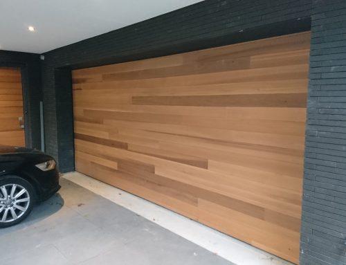 Garagedeur met hout bekleed